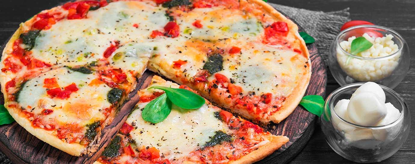 Pizza con queso mozarella y tomate casero