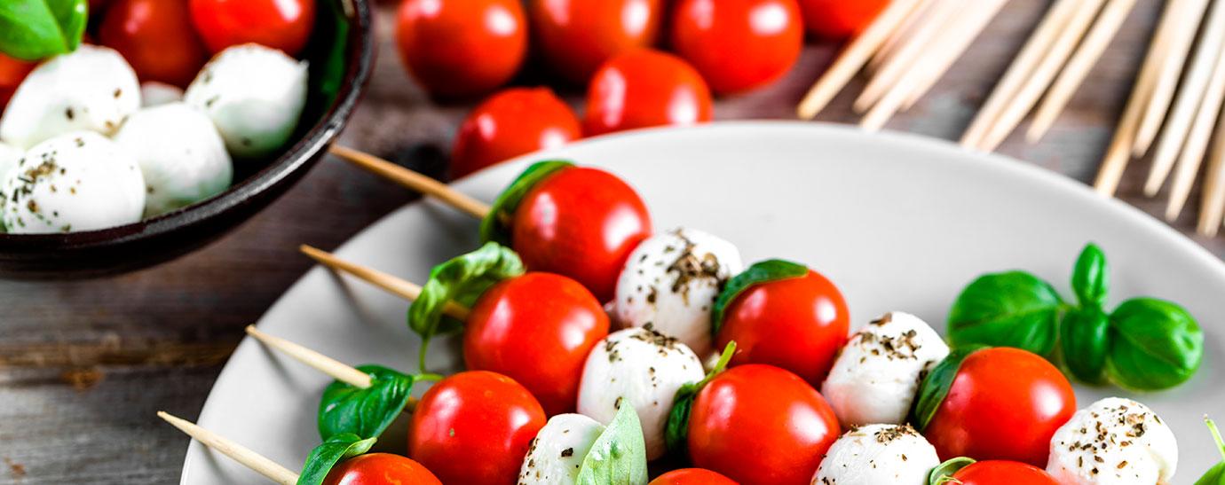 brochetas de mozarella y tomates cherry