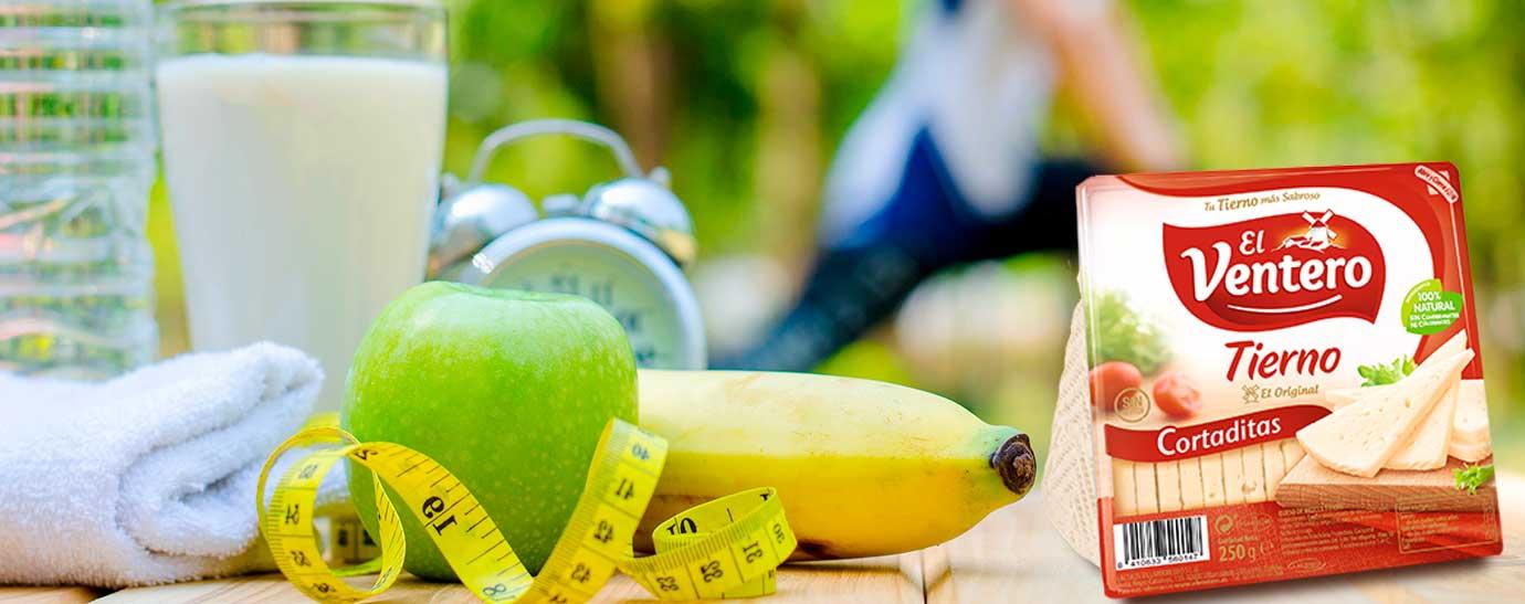 Leche, queso, fruta, agua y una deportista