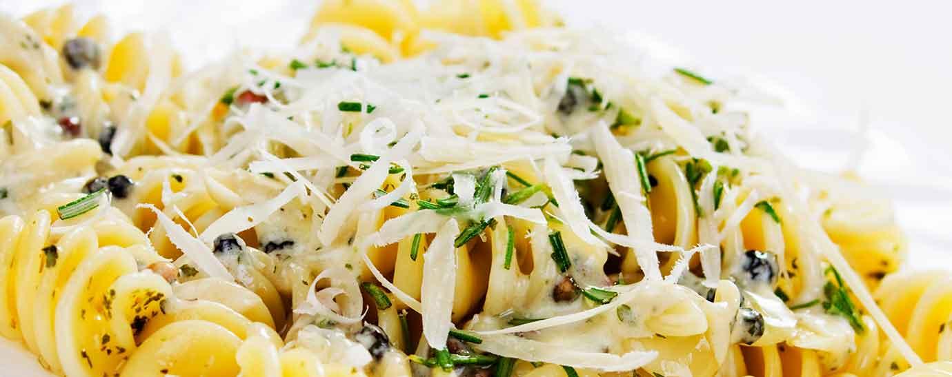 Plato de pasta con queso rallado