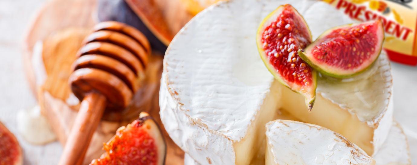 Queso Brie con higos sobre una madera