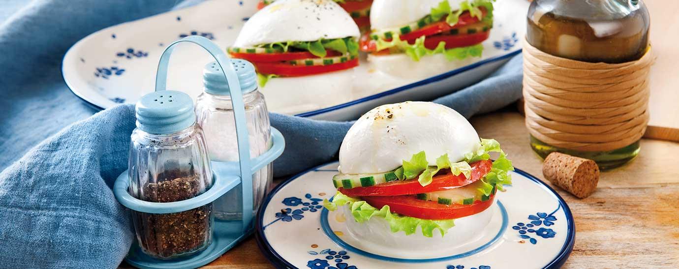 Sándwich de mozzarella con tomate, lechuga y pepino.