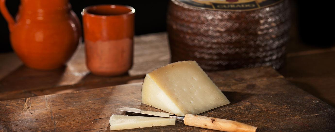 Cuña de queso curado Gran Capitán y jara y vaso de barro