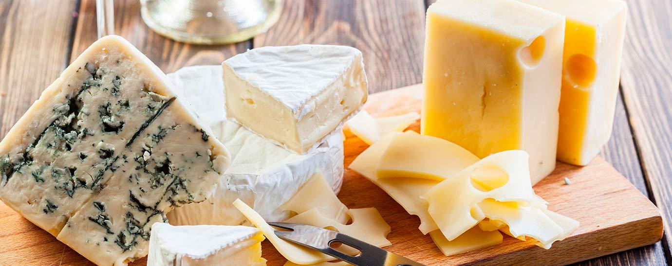 Tabla de varios quesos y un cuchillo