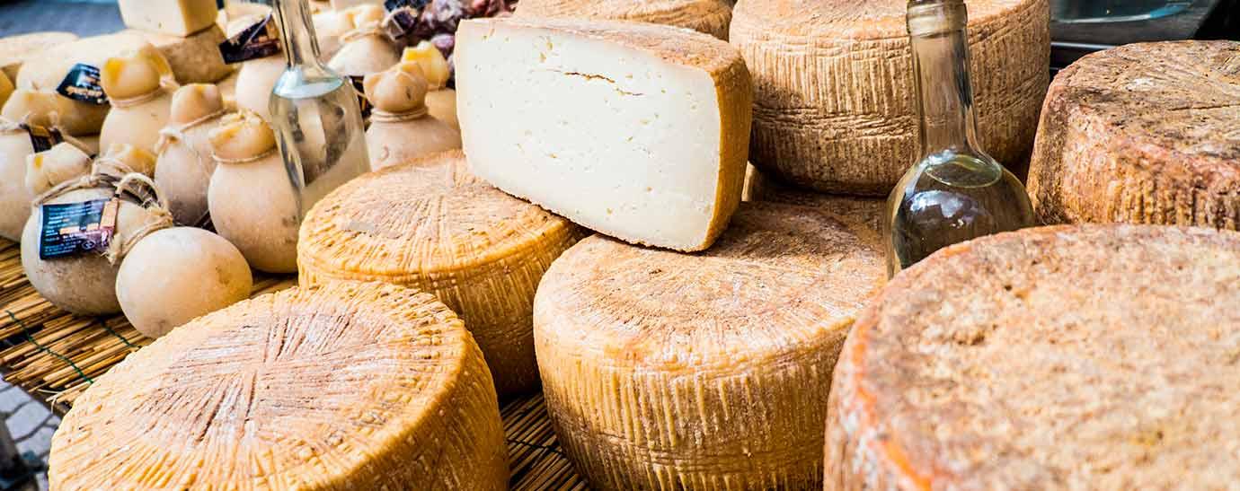 Varios quesos de la variedad Casu Marzu en un puesto de mercado