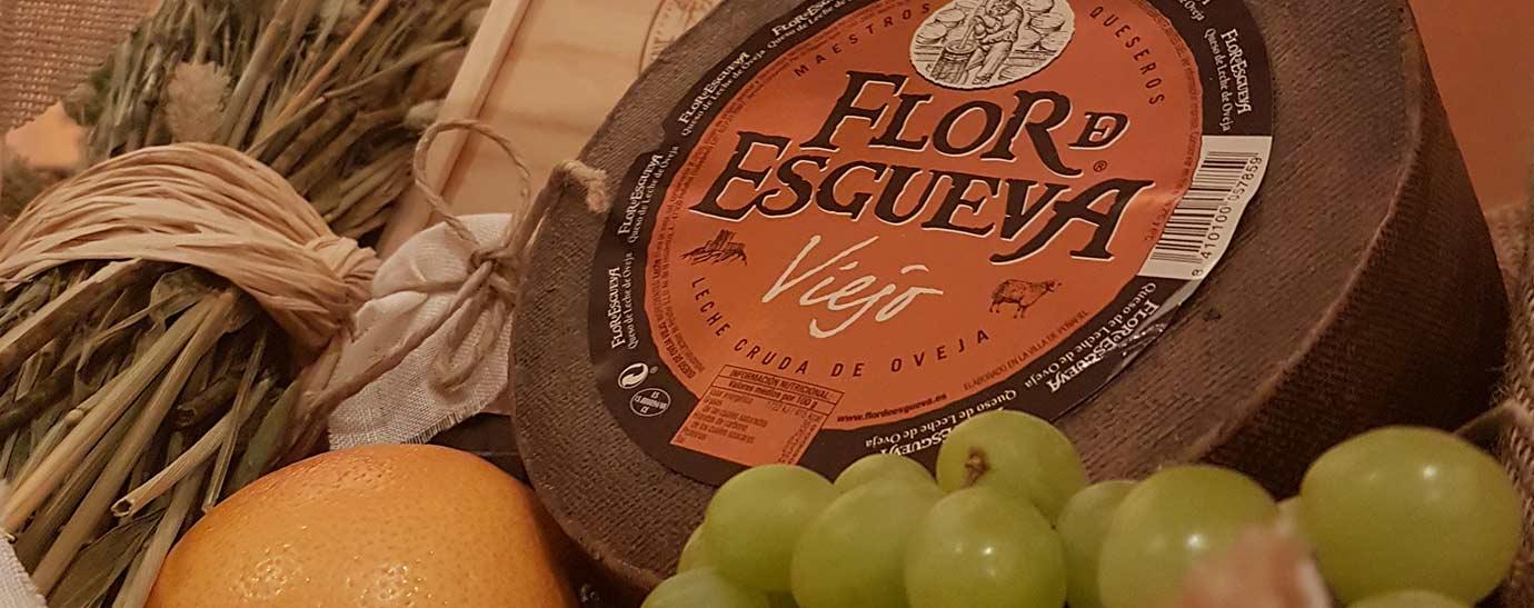 Bodegón con rueda de queso Flor de Esgueva Viejo y frutas