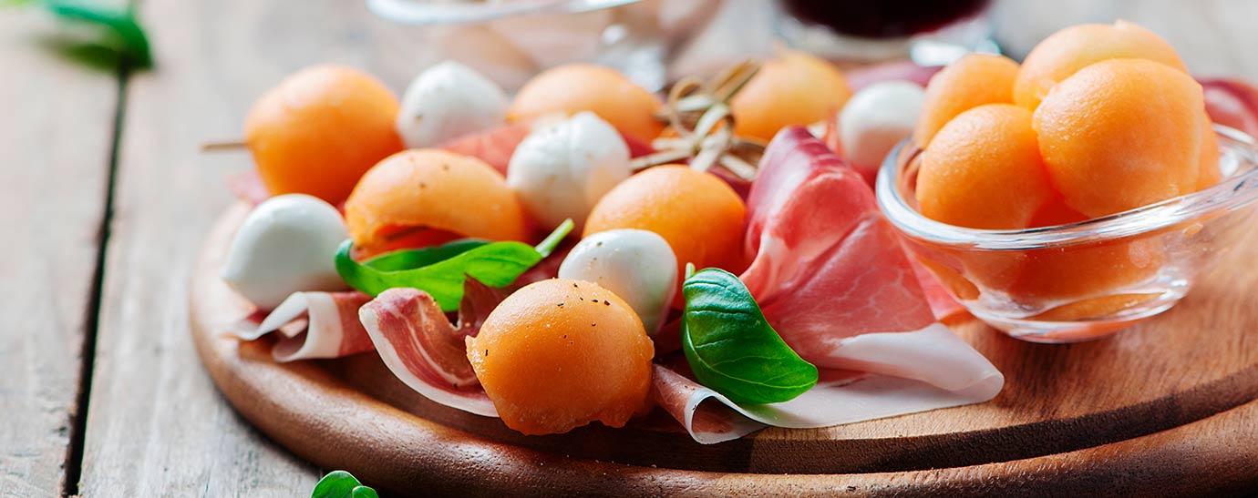 Sugerencia de presentación de pincho de melón, mozzarella y jamón.
