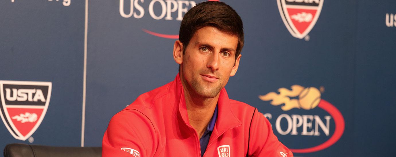 Primer plano del tenista Novak Djokovic sonriente en un encuentro deportivo
