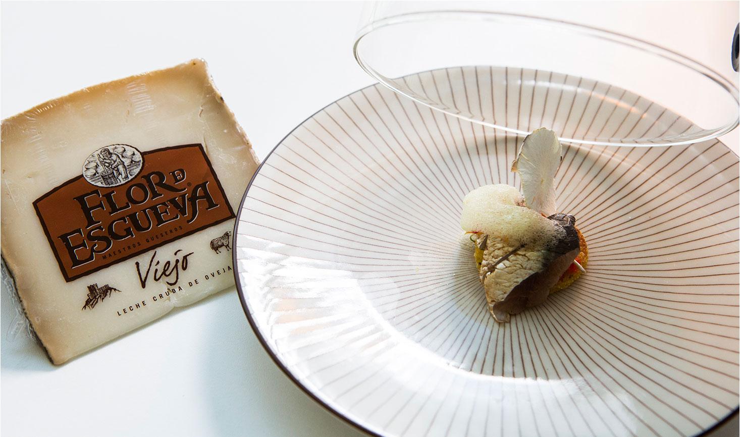 Biscuit relleno de quesos y chocolate blanco.